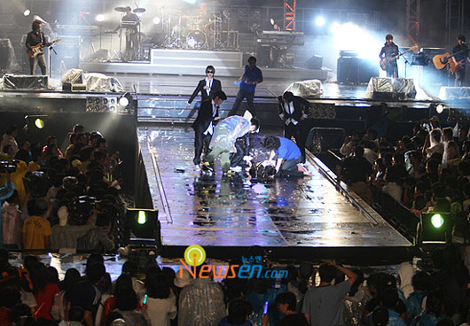 South Korean singer Kim Jang-hoon fainted on stage at concert