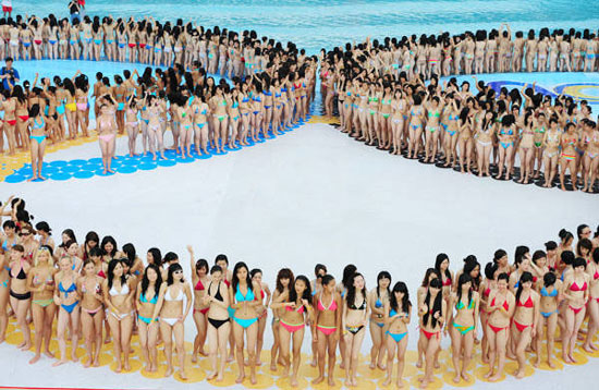 Chinese bikini babes break world record