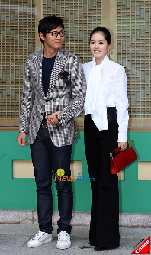Picture of Korean stars Yun J­ung-h­o­­o­­n and Han Ga-in at Kwon Sang-woo wedding ceremony
