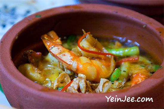 Vietnamese food at Cay Cau restaurant in Hanoi