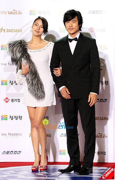 Korean actress Park Shi-yeon and actor Kim Kang-woo at Blue Dragon Film Awards 2008 in Seoul