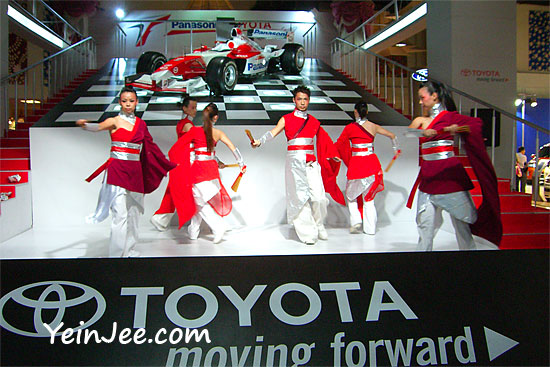 Toyota performers and Toyota F1 race cars at KLIMS 2006