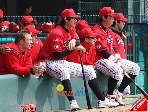 Korean baseball players watching SNSD