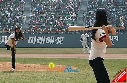 SNSD Yuri baseball pitching