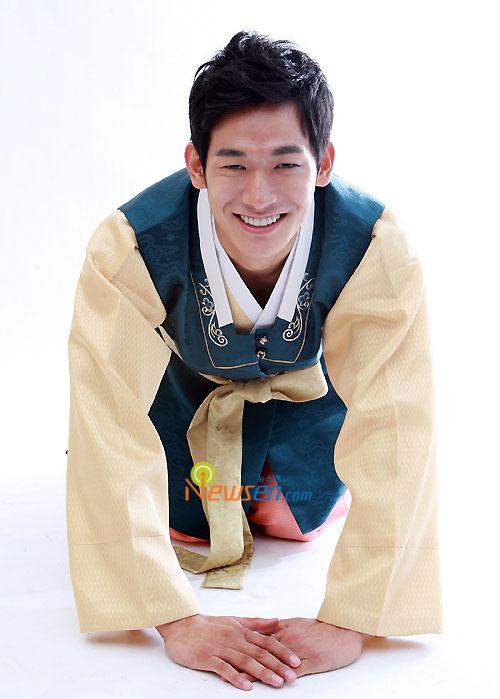 Korean celebrity in Hanbok for Chuseok
