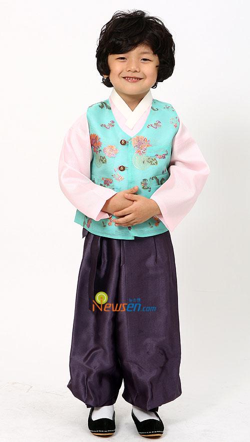 Korean child star Wang Suk-hyun in Hanbok for Chuseok
