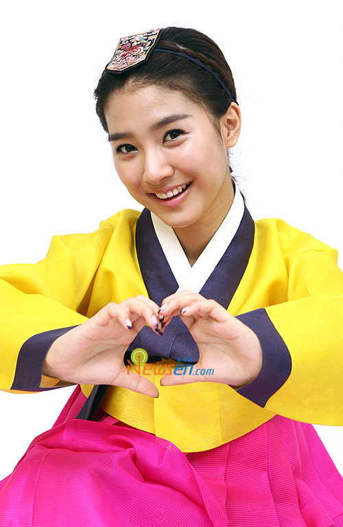 Korean actress Kim So-eun in Hanbok