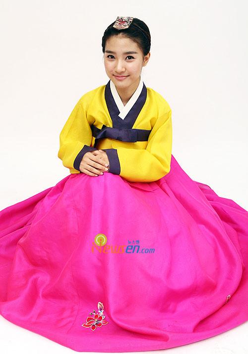 Korean actress Kim So-eun in Hanbok