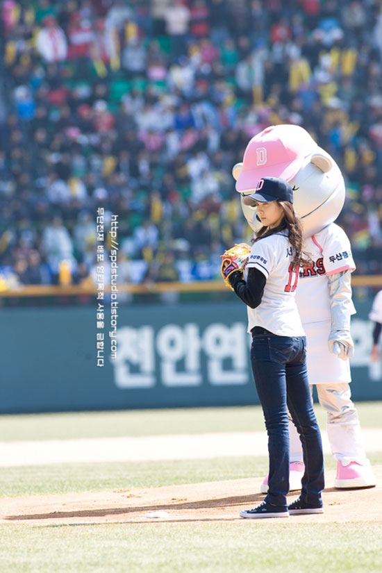 SNSD maknae Seohyun baseball first pitch