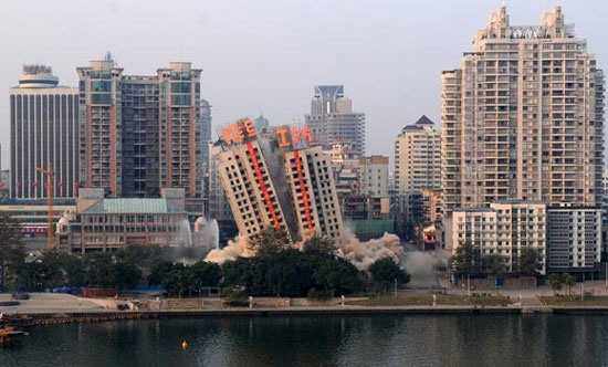Building demolition fail in Liuzhou, China