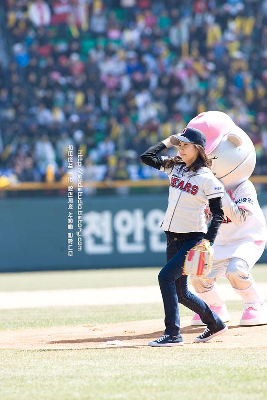 SNSD Seohyun baseball first pitch
