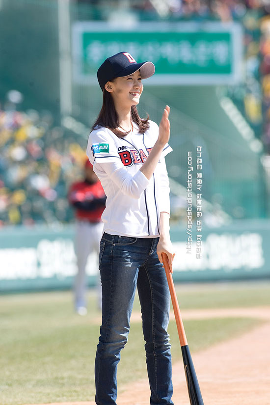SNSD Yoona baseball first pitch
