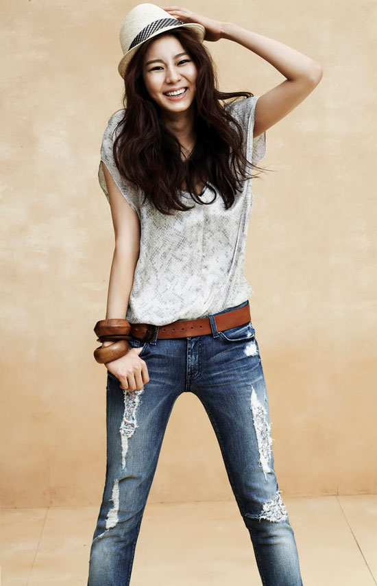 Korean pop star After School Uee models 7 for all Mankind