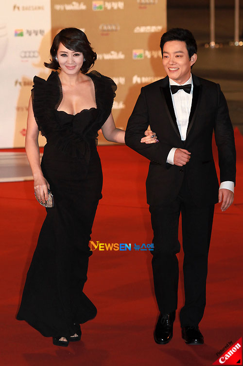 Kim Hye-soo and Lee Beom-sooat Blue Dragon Awards 2010