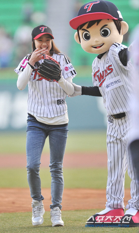 Son Yeon Jae LG Twins first pitch