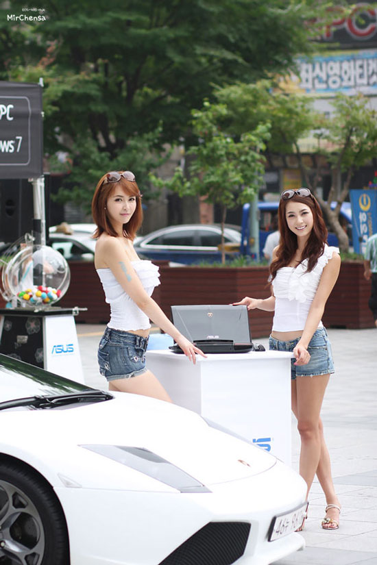 Korean models Kang Yui and Ju Da-ha for ASUS