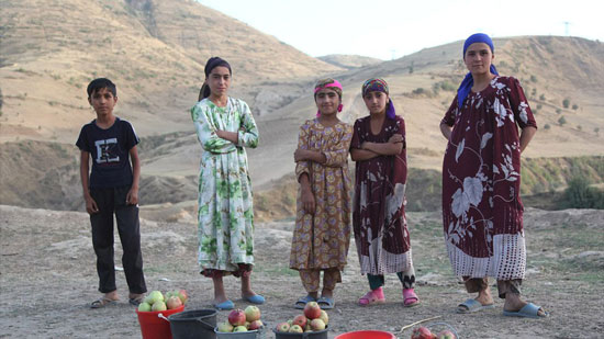 Tajik children selling apples on roadside