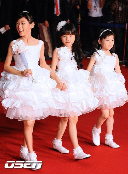 Kim Sae-ron, Kim Ah-ron and Kim Ye-ron at Busan Film Festival 2011