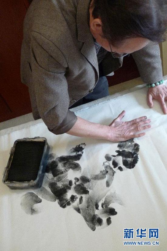 Chinese palmprint painting artist Zhang Baohua