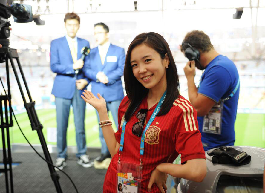 Korean announcer Jang Yewon Spanish kit